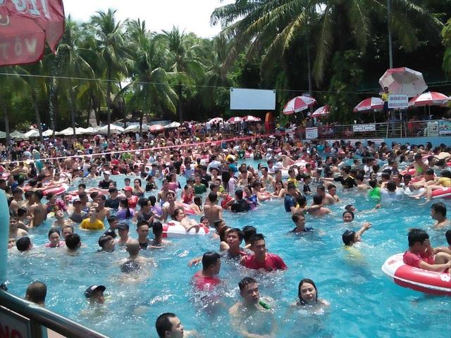 Hàng nghìn người chen chúc tại các khu vui chơi trong ngày nghỉ lễ - 9