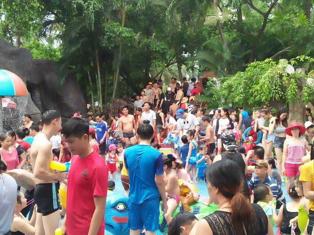 Hàng nghìn người chen chúc tại các khu vui chơi trong ngày nghỉ lễ - 5
