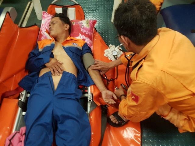 Xuyên đêm đưa ngư dân bị đau ruột thừa trên biển về đất liền cấp cứu - 1
