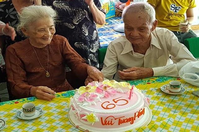 Cụ ông 96 tuổi thổi nến, cắt bánh kem cùng người yêu cũ sau 65 năm xa cách - 1