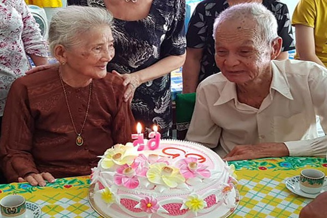 Cụ ông 96 tuổi thổi nến, cắt bánh kem cùng người yêu cũ sau 65 năm xa cách - 2