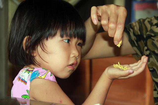 Tuổi thơ không lành lặn của 2 bé miền quê nghèo Hà tĩnh, nguy cơ mù vĩnh viễn - 1