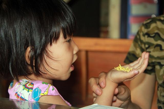 Tuổi thơ không lành lặn của 2 bé miền quê nghèo Hà tĩnh, nguy cơ mù vĩnh viễn - 2