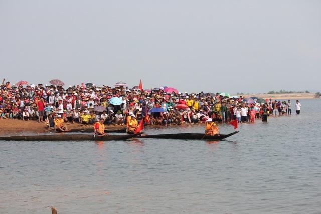 Độc đáo lễ hội đua thuyền độc mộc trên sông biên giới - 3
