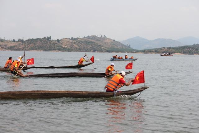 Độc đáo lễ hội đua thuyền độc mộc trên sông biên giới - 4