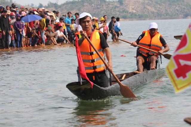 Độc đáo lễ hội đua thuyền độc mộc trên sông biên giới - 8