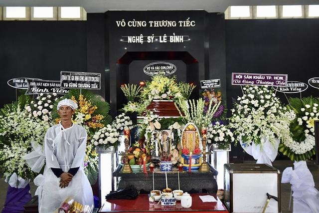 NSƯT Kim Xuân, Lê Thiện... khóc nức nở khi đến viếng Lê Bình - 4