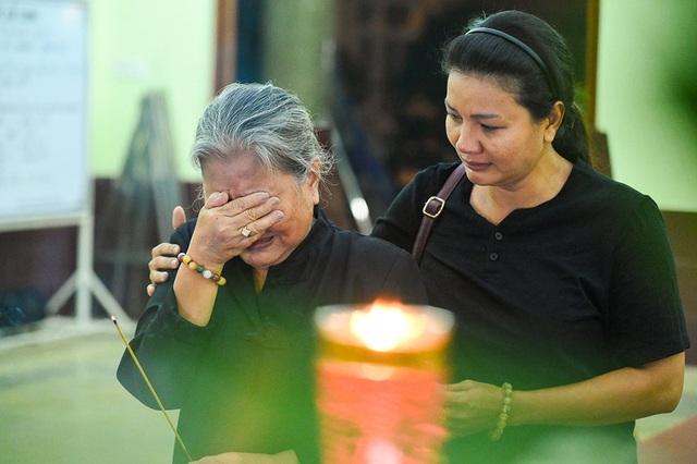 NSƯT Kim Xuân, Lê Thiện... khóc nức nở khi đến viếng Lê Bình - 11
