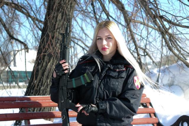 """Vẻ đẹp hút hồn của những """"bông hồng thép"""" cảnh sát Nga - 1"""
