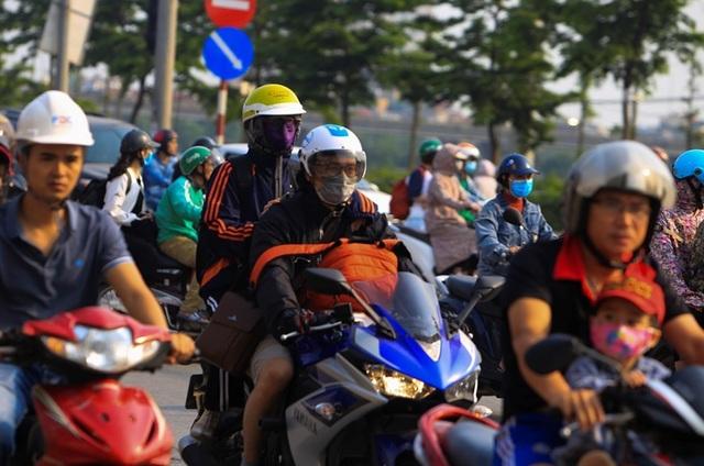 Người dân tay xách nách mang trở lại Thủ đô sau nghỉ lễ - 4