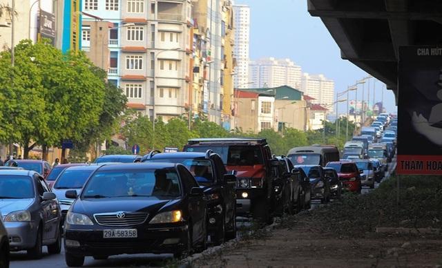 Người dân tay xách nách mang trở lại Thủ đô sau nghỉ lễ - 11