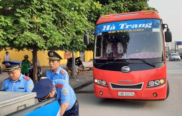 Hà Nội: Bắt xe khách 29 chỗ nhồi… 73 người - 2