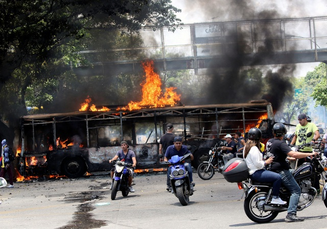 Cảnh tượng hỗn loạn như chiến trường tại Venezuela sau âm mưu đảo chính - 11