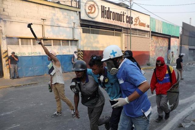 Cảnh tượng hỗn loạn như chiến trường tại Venezuela sau âm mưu đảo chính - 15