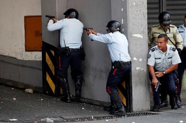 Cảnh tượng hỗn loạn như chiến trường tại Venezuela sau âm mưu đảo chính - 13