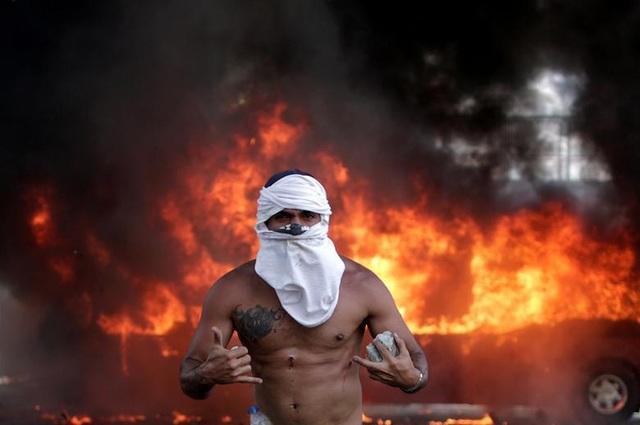 Cảnh tượng hỗn loạn như chiến trường tại Venezuela sau âm mưu đảo chính - 8