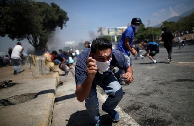 Cảnh tượng hỗn loạn như chiến trường tại Venezuela sau âm mưu đảo chính - 14