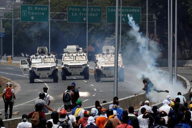 Cảnh tượng hỗn loạn như chiến trường tại Venezuela sau âm mưu đảo chính - 6