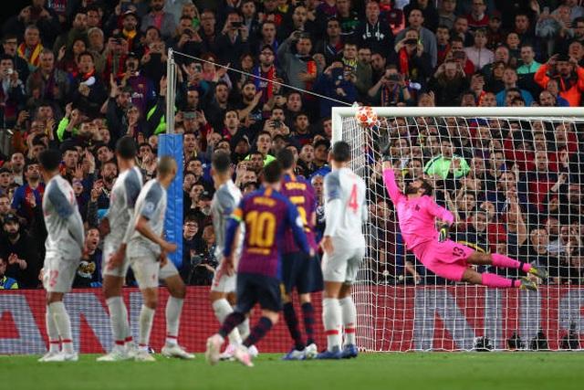 HLV Barcelona choáng vì siêu phẩm của Messi - 1
