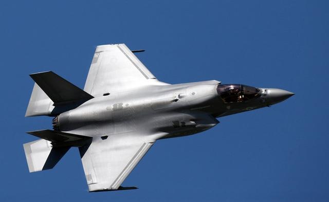 """""""Tia chớp"""" F-35 nhào lộn 12 động tác mãn nhãn trên bầu trời Mỹ - 8"""