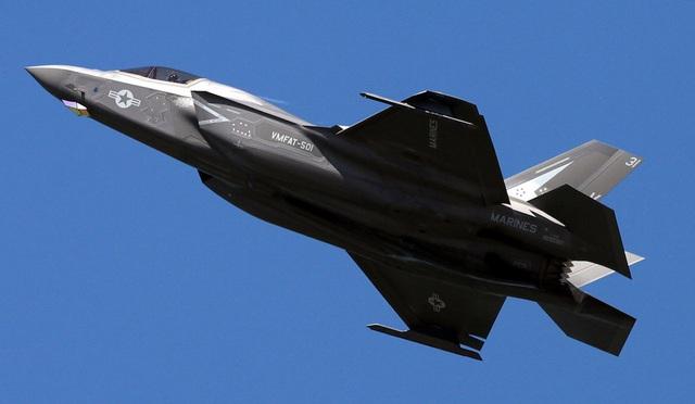 """""""Tia chớp"""" F-35 nhào lộn 12 động tác mãn nhãn trên bầu trời Mỹ - 7"""
