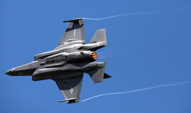 """""""Tia chớp"""" F-35 nhào lộn 12 động tác mãn nhãn trên bầu trời Mỹ - 2"""