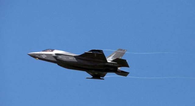 """""""Tia chớp"""" F-35 nhào lộn 12 động tác mãn nhãn trên bầu trời Mỹ - 3"""