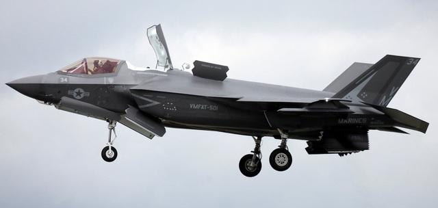 """""""Tia chớp"""" F-35 nhào lộn 12 động tác mãn nhãn trên bầu trời Mỹ - 1"""