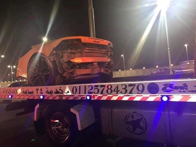 Siêu xe Lamborghini rách làm đôi sau tai nạn, tài xế chỉ bị thương nhẹ - 7