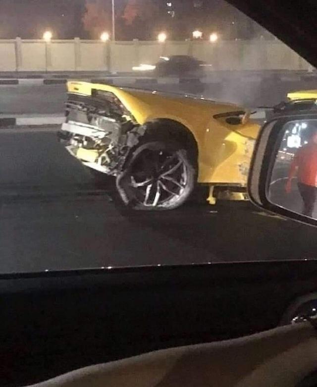Siêu xe Lamborghini rách làm đôi sau tai nạn, tài xế chỉ bị thương nhẹ - 5