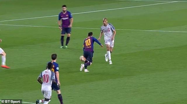 Messi ăn vạ trước khi lập siêu phẩm vào lưới Liverpool? - 1