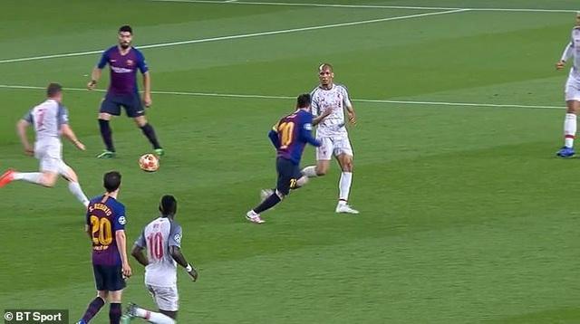 Messi ăn vạ trước khi lập siêu phẩm vào lưới Liverpool? - 2