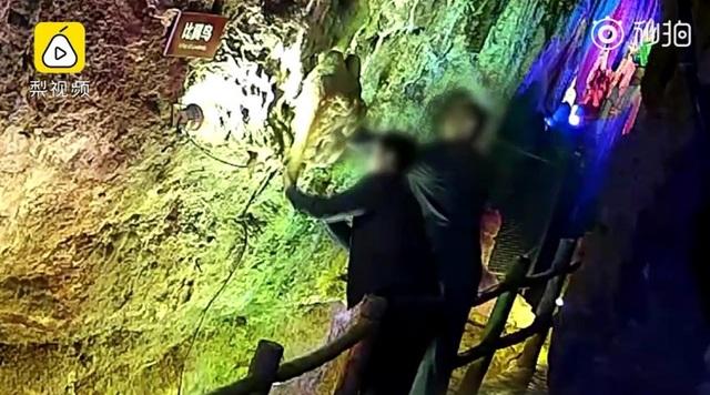 Du khách Trung Quốc ngang nhiên bẻ thạch nhũ triệu năm tuổi làm quà lưu niệm - 1