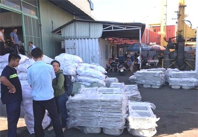 """Hải quan phát hiện 5 container chở hàng nội thất """"nhập lậu"""" từ Trung Quốc - 1"""