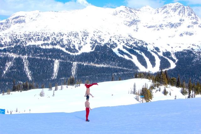 Quốc Cơ - Quốc Nghiệp mình trần diễn xiếc trên núi tuyết ở Canada - 3