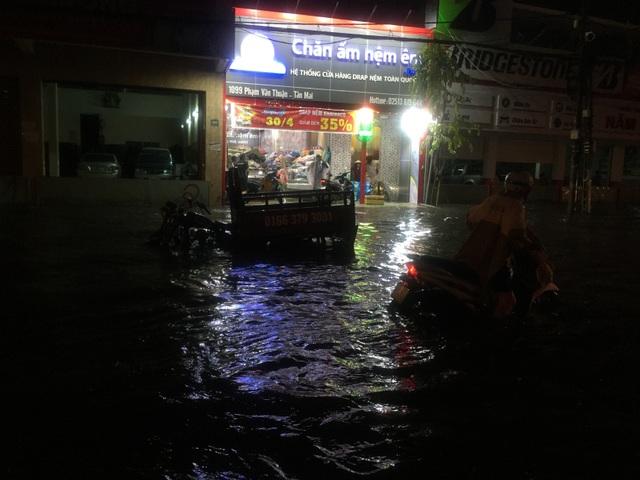 Người dân Biên Hòa bì bõm lội nước sau cơn mưa lớn đầu mùa - 3