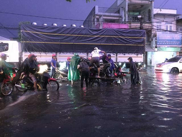 Người dân Biên Hòa bì bõm lội nước sau cơn mưa lớn đầu mùa - 4