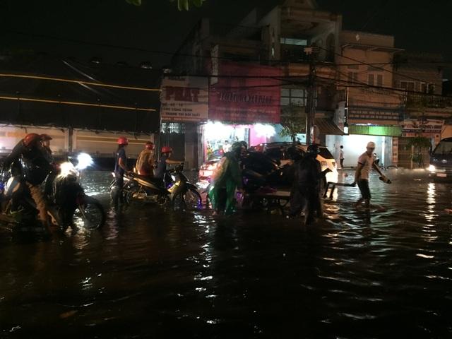 Người dân Biên Hòa bì bõm lội nước sau cơn mưa lớn đầu mùa - 5