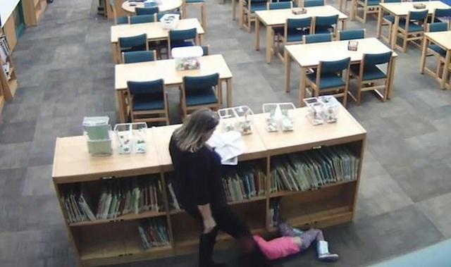 Nữ giáo viên đấm đá bé gái 5 tuổi thô bạo trong thư viện gây sốc - 2