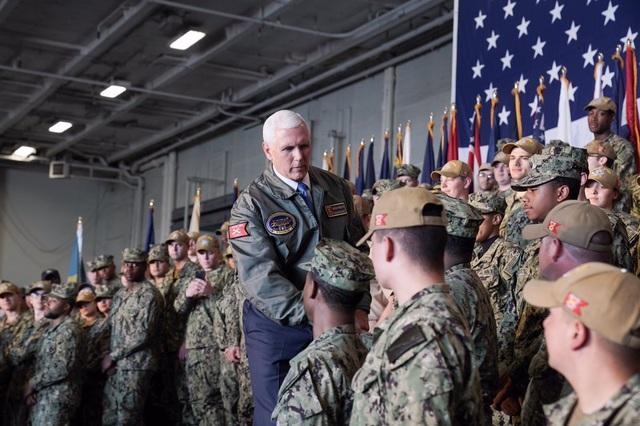 Binh sĩ Mỹ được chỉ đạo vỗ tay như ở câu lạc bộ thoát y để đón Phó Tổng thống - 2