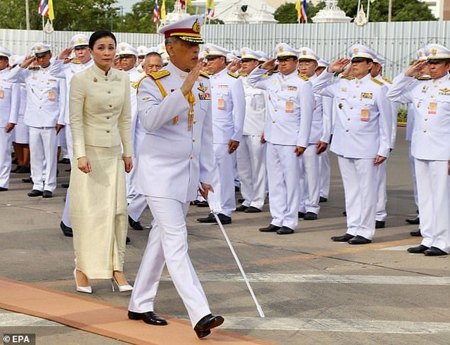 Con đường từ tiếp viên hàng không đến Hoàng hậu Thái Lan  - 4