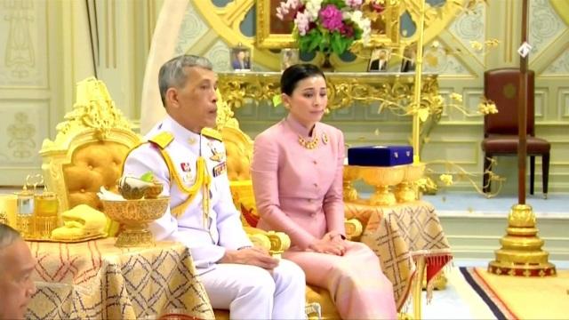 Quốc vương Thái Lan kết hôn với nữ tướng ngay trước lễ đăng cơ - 1