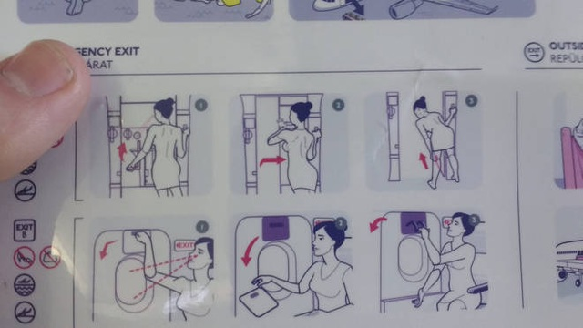Tranh cãi vì hình minh họa nữ tiếp viên hàng không quá gợi cảm - 2