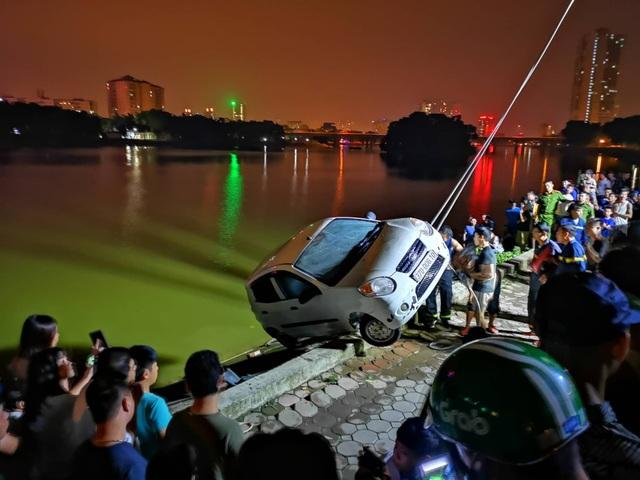 Hà Nội: Ô tô lao xuống hồ Linh Đàm, tài xế đạp cửa thoát thân - 2