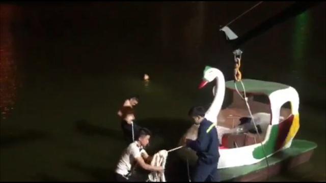 Hà Nội: Ô tô lao xuống hồ Linh Đàm, tài xế đạp cửa thoát thân - 1