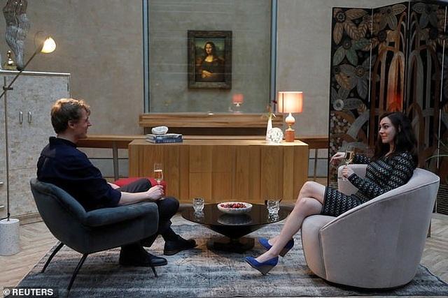 Cặp đôi hẹn hò trước nàng Mona Lisa, ăn tối trước thần Vệ Nữ - 1