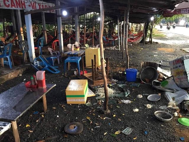 Vụ chủ quán ăn đánh khách toác đầu: Khởi tố nhóm thanh niên đập phá quán - 2