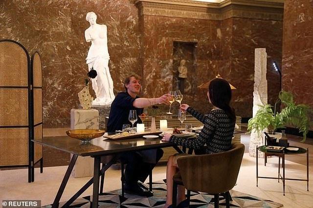 Cặp đôi hẹn hò trước nàng Mona Lisa, ăn tối trước thần Vệ Nữ - 2