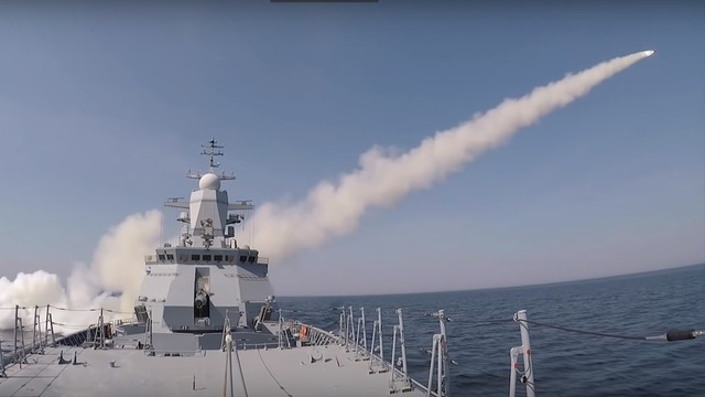 Video tàu chiến Nga phóng tên lửa uy lực trên biển - 1