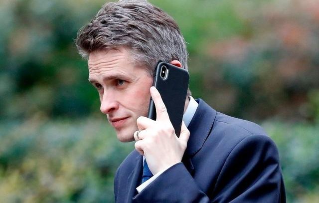 Cuộc gọi 11 phút khiến Bộ trưởng Quốc phòng Anh mất chức - 1